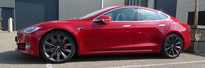 Tesla remklauwen spuiten rood